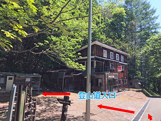 雪友荘まで下って、左が登山口入口です。やっと藻岩山方向へ向かいます。