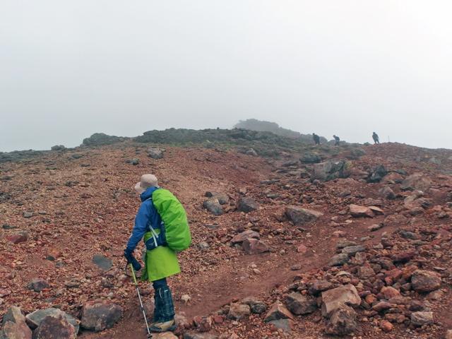 これから山頂を目指すトラッカーの存在まではっきりと視界がききます。