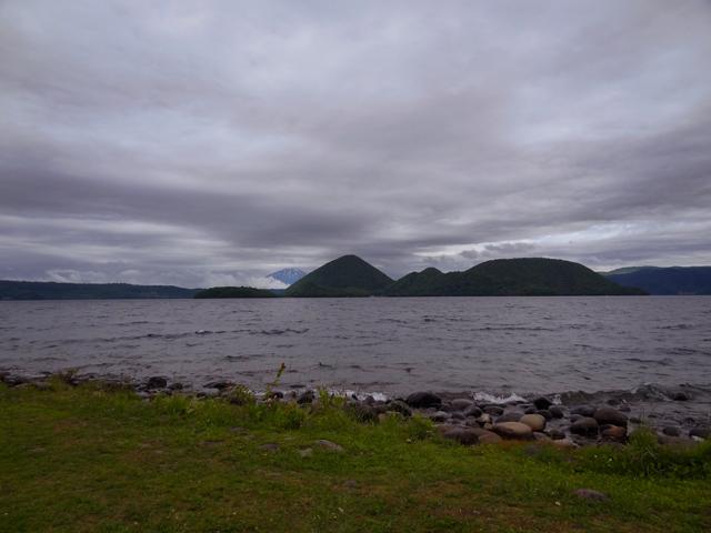 雨上がりの洞爺湖畔、遠くに羊蹄山も見える。