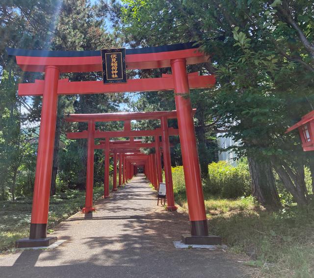 赤い鳥居が幾十と導く札幌伏見稲荷神社