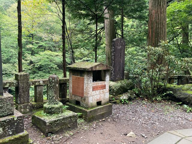 石碑の横には、ハケ、ブラシ、筆、感謝焼納所があります。