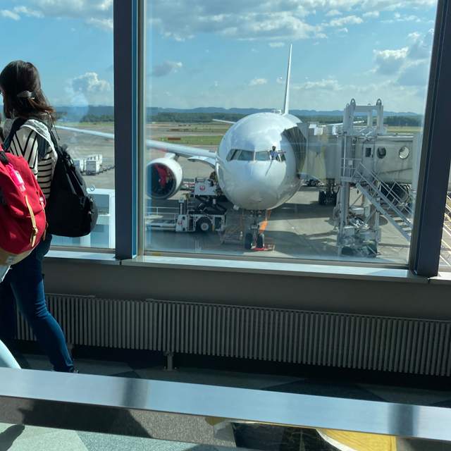 機内からすべての人が降りるまで、大きく手を振る姿が印象的です。