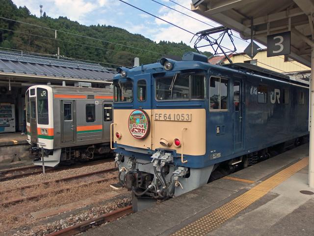 奥の高崎行き電車が、先に出発します。