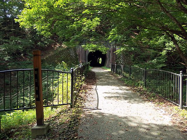 第五橋梁を過ぎトンネル手前の階段から国道へ降りることができます。