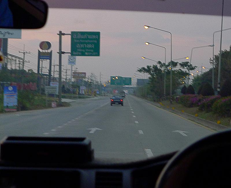 朝早く、と言ってもチェンマイ市街を7時発。どんよりとしています。